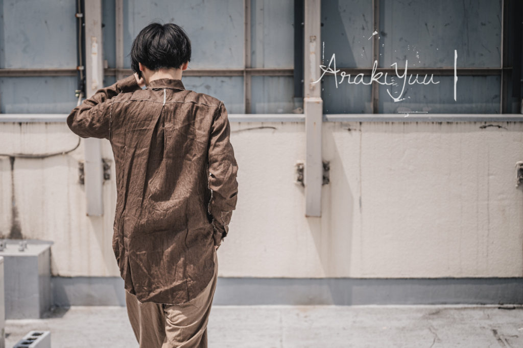 アラキユウのポインテッドカラーリネンシャツ